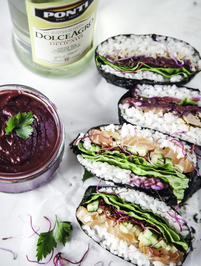 Salmon & tuna Onigirazu con ketchup di carote viola al Dolce Agro Ponti